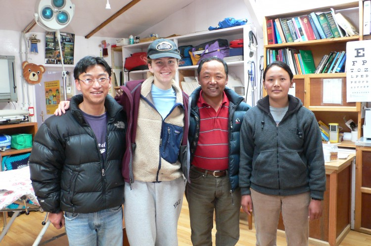 Kunde Hospital: Dr. Kami Sherpa (red shirt) with 2 of his local staff and a grateful patient